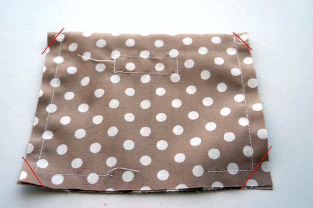 12f2255cfe06 中表に畳んで、底側に返し口を残して縫います。縫い終わったら、角の縫い代をカットして、縫い代をしっかり割ってから表に返します。